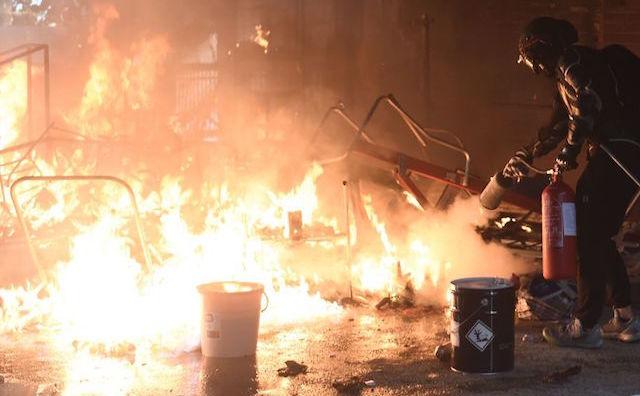 Incendii la Universitatea Politehnică din Hong Kong, asediată de forţele de poliţie luni, 18 noiembrie 2019