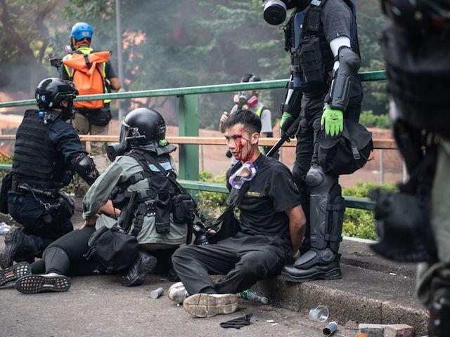 Studenţi arestaţi după asediul UIniversităţii Politehnice din Hong Kong de către forţele de poliţie