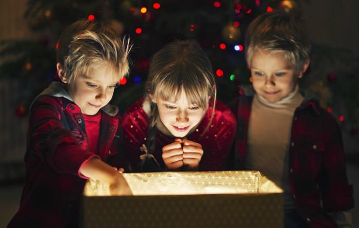 Pentru           copii, sărbătorile marchează intrarea în cultura  familială,           permite construirea identităţilor în cadrul  familiei, cât şi           transmiterea unor tradiţii şi a anumitor  valori culturale,           artistice şi morale.