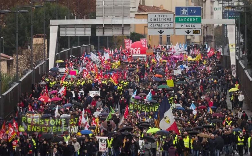 Proteste masive împotriva legii pensiilor în Paris
