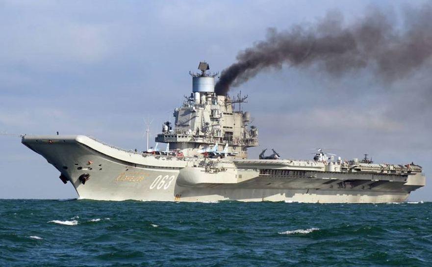 Portavoinul rus Kuzneţov, târâindu-se prin Canalul Mânecii cu motoarele fumegânde, spre deliciul utilizatorilor ruşi de internet