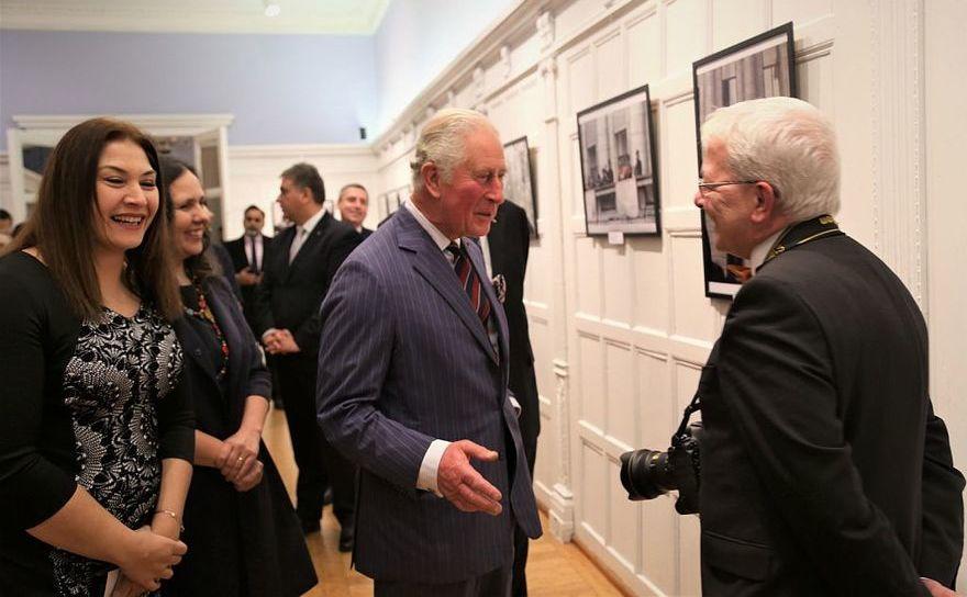"""Prinţul Charles de Wales la expoziţia de fotografie """"Apertures of a Revolution. Fotografii din decembrie 1989"""", în Londra, 12 decembrie 2019"""
