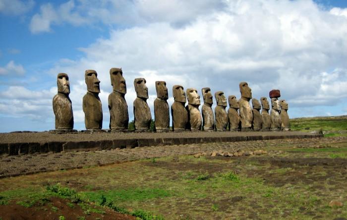 Ahu Tongariki în apropiere de Rano Raraku, 15 moai ahu dezgropate şi restaurate în 1990