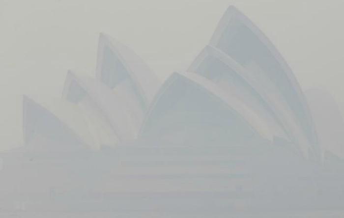 Sydney învăluit de fum