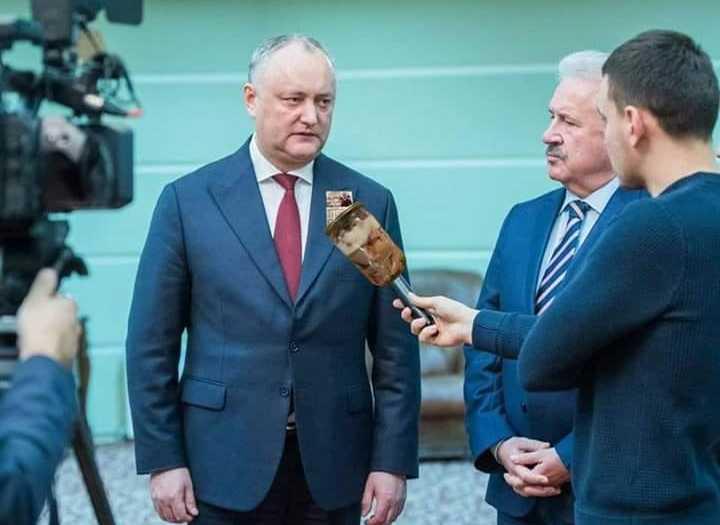 Igor Dodon a dăruit jurnaliştilor tuşonkă, vin şi bomboane (poză modificată de internauţi)
