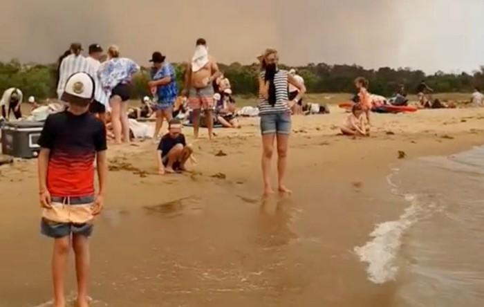 Australia: peste 4.000 de persoane au fost nevoite să se refugieze pe plaje