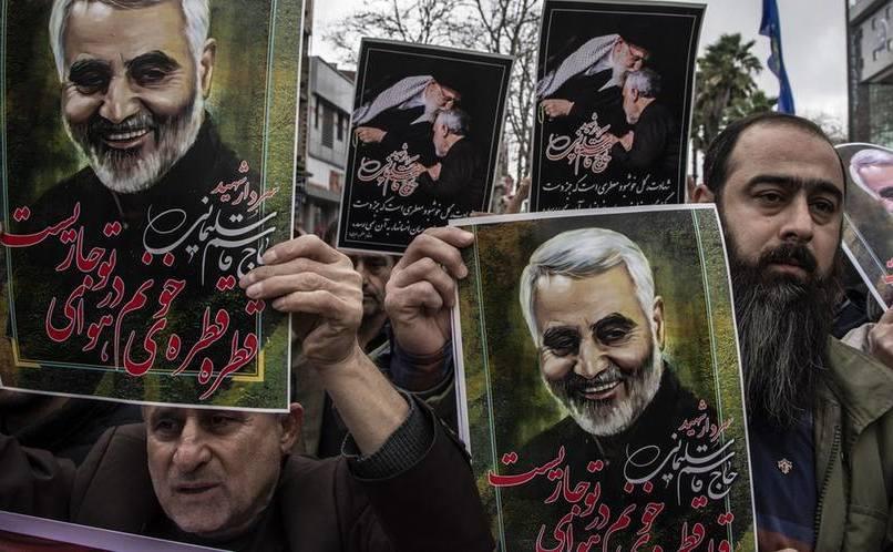 Iranieni cu poza gen. Quaseem Soleimani