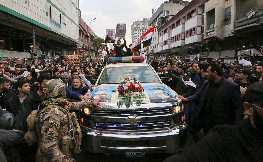 Corpul generalului Qassem Soleimani ucis de drone americane, purtat de un autovehicul Chevrolet către oraşul său din Iran, 5 ianuarie 2020