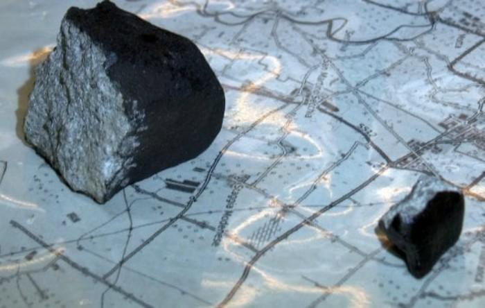Cele două fragmente de meteorit recuperate