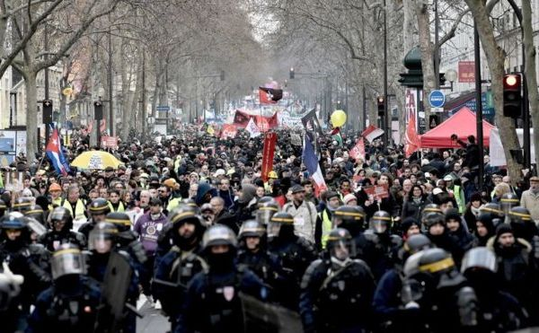 Noi proteste împotriva legii pensiilor pe care Emmanuel Macron doreşte s-o impună francezilor