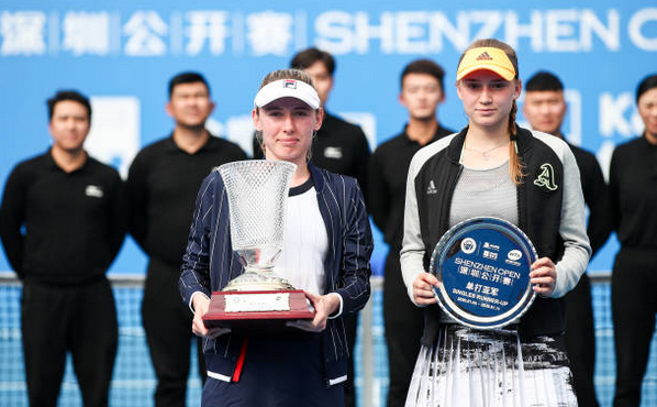 Rusoaica Ekaterina  Alexandrova şi  kazaha Elena  Rîbakina la turneul de la Shenzen (China).