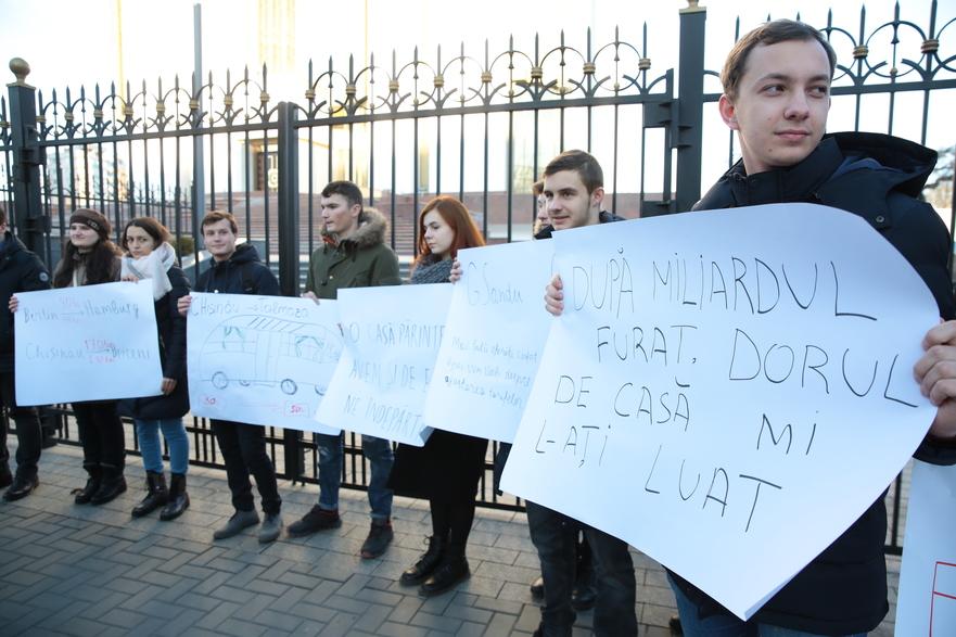Protest a tinerilor PAS la Preşedinţia R. Moldova