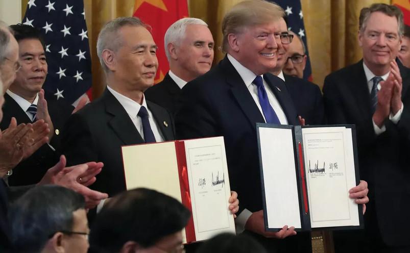 Donald Trump, Liu He, la Casa Albă, semnând acordul comercial dintre SUA şi China, Faza 1