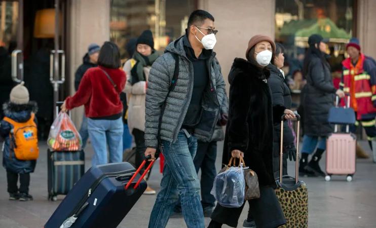Chinezi cu măşti după izbucnirea focarului de pneumonie