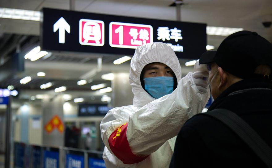 Medici monitorizează populaţia pentru a găsi purtători de virus Wuhan, China, ianuarie 2020