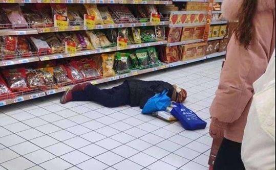 Persoană căzută aparent din cauza infecţiei cu virus Wuhan într-un magazin din mall-ul Dongdaruifa, Yangzhou, provincia Jiangsu