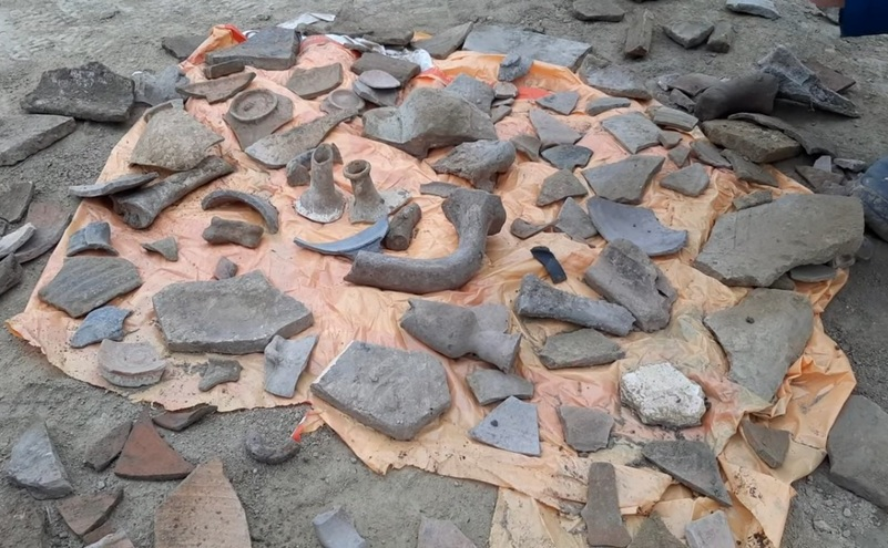 Piese arheologice de valoare recuperate din tonele de pamant excavate din cetatea Tomis şi aruncate pe un câmp, la marginea Constanţei.