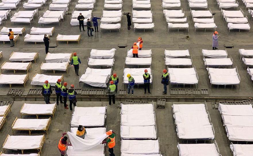 Paturi aliniate la spitalul Fangcang din Wuhan, 4 februarie 2020