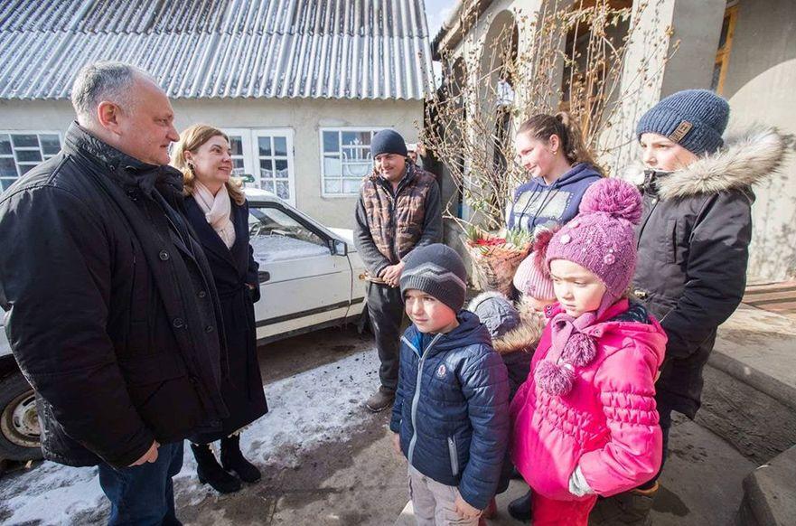 Igor Dodon, în vizită la familiile nevoiaşe din R. Moldova