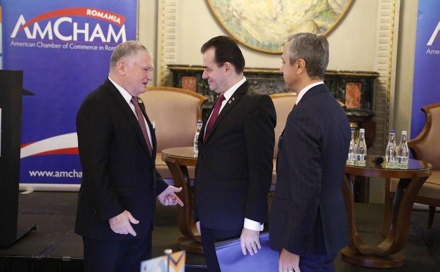 Ambasadorul SUA in RomaniaAdrian Zuckerman (s) si premierul Ludovic Orban (c) laForumul CEO organizat de AmCham România