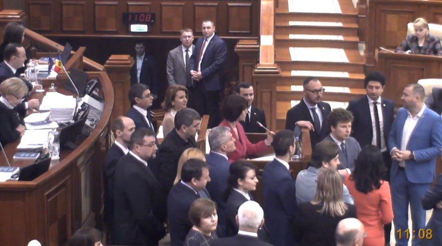 Deputaţii blocului ACUM au blocat tribuna Parlamentului