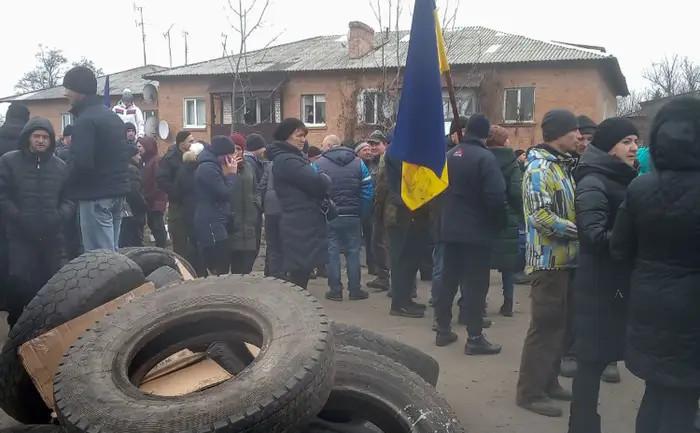 Ucraineni manifestând împotriva celor aduşi din Wuhan