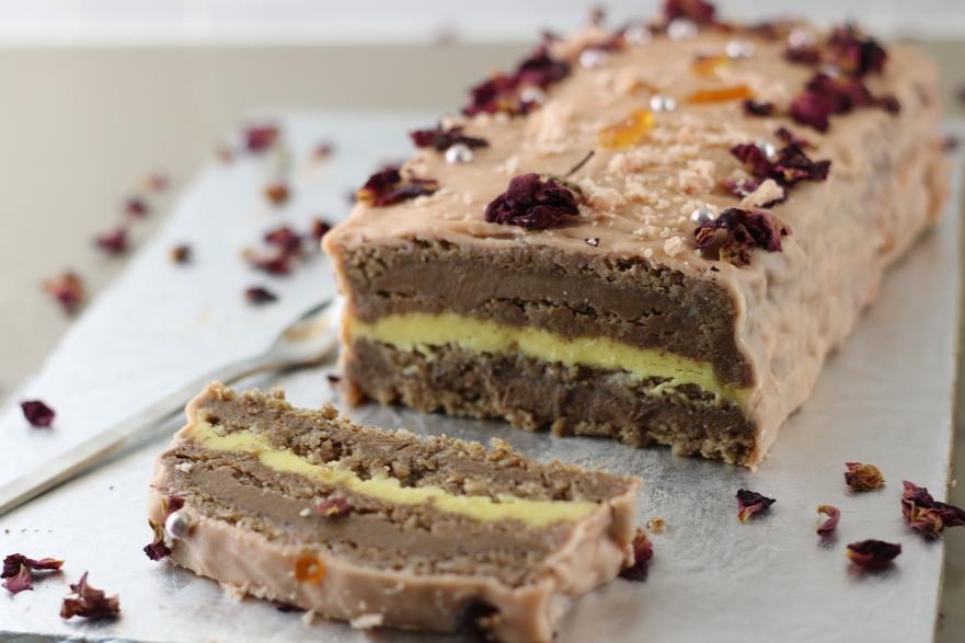 Tort de bezea cu nucă şi ciocolată