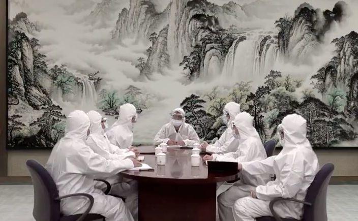 Membrii Politburo în costume hazmat speriaţi de virusul Wuhan