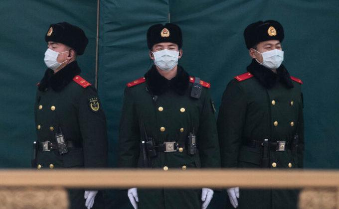 Soldaţi chinezi cu măşti împotriva virusului Wuhan