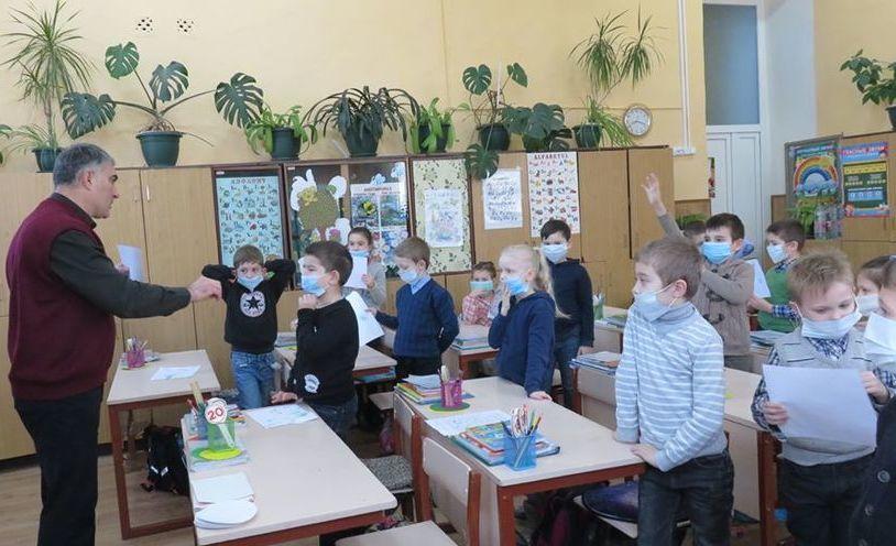 Copii instruiţi să-şi pună măşti (poză simbol)