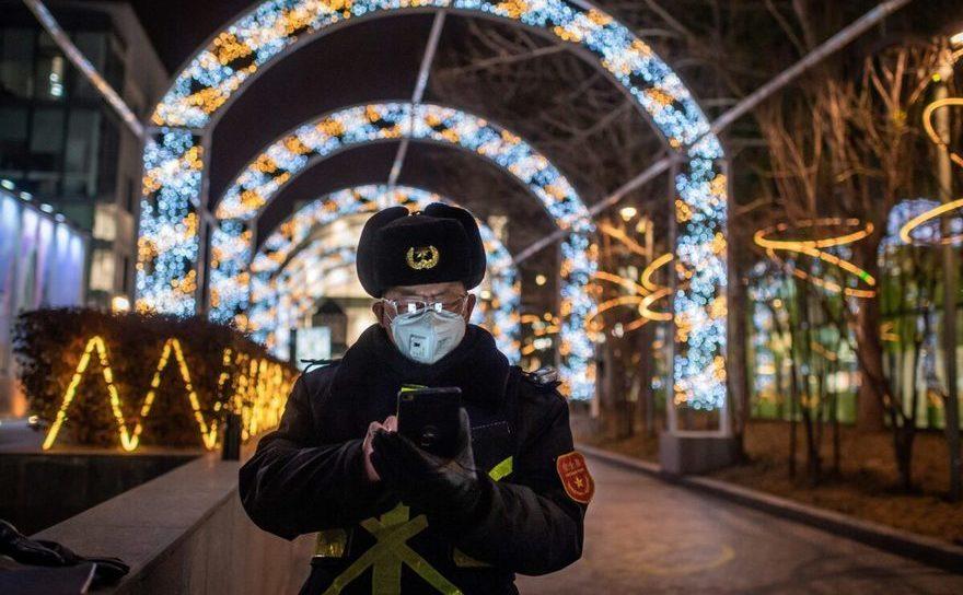Militar din trupele de Securitate ale Partidului Comunist Chinez în faţa unui mall în Beijing