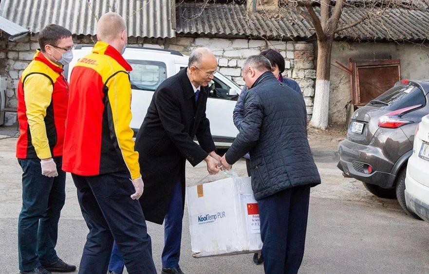 Ambasadorul Chinei în Republica Moldova în timp ce transmite un lot de asistenţă umanitară sub formă de 1500 de teste