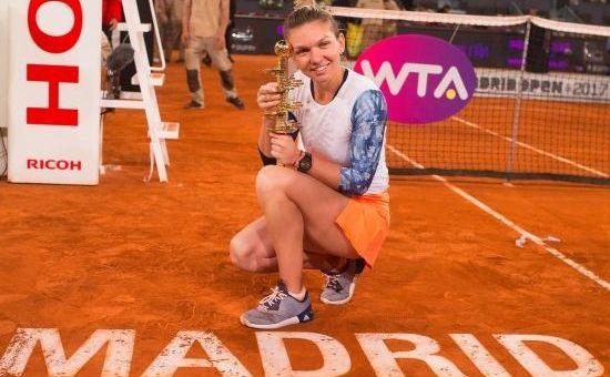 Simona Halep cu trofeul cucerit la Turneul de la Madrid