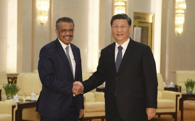 Directorul general al Organizaţiei Mondiale a Sănătăţii, Tedros Adhanom, împreună cu liderul chinez Xi Jinping în Marea Sală a Poporului din Beijing