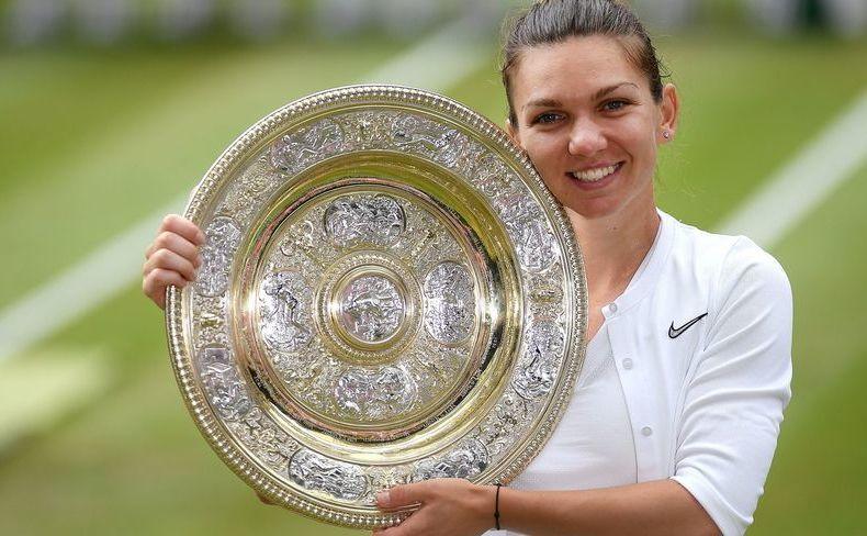Simona Halep cu trofeul de la Wimbledon