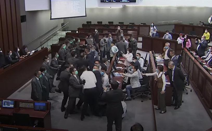 Îmbrânceli în parlamentul din Hong Kong - China doreşte adoptarea unor legi care să incrimineze lipsa de respect faţă de imnul naţional