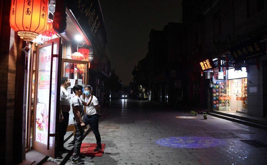 Sudul pieţei Tiananmen, 21 mai 2020 orele amiezii. Chinezi fac poze în timpul unor fenomene meteo extrem de severe care au avut loc în capitala Chinei în timpul ceremoniilor de deschidere a congreselor Partidului