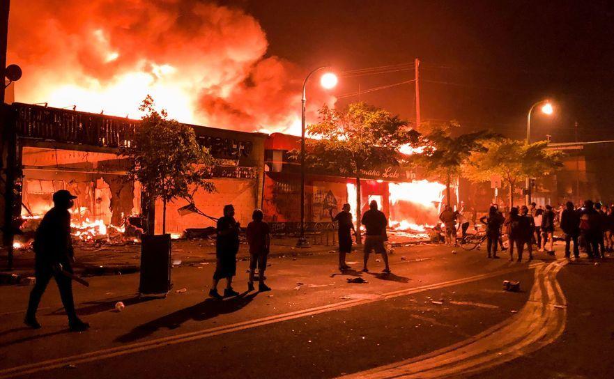 Sectie de poliţie incendiată în Minneapolis, după proteste generate de uciderea unui bărbat de culoare de către un ofiţer de poliţie