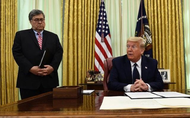 Donald Trump împreună cu procurorul general al SUA, William Barr