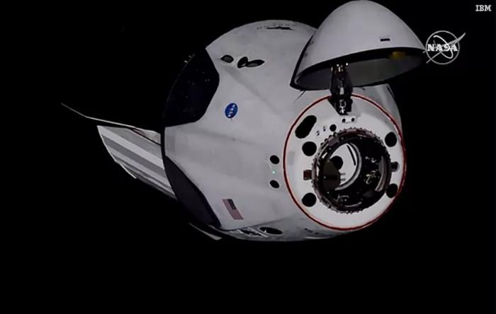 Capsula Dragon Endeavour la 30 de metri de SSI