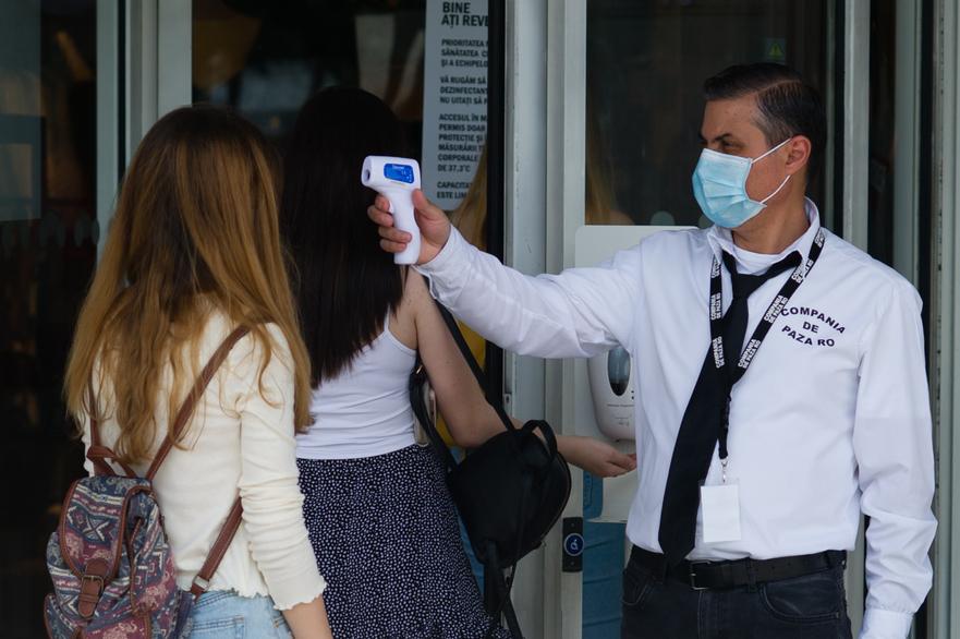 Termoscanare la intrarea intr-un spatiu comercial in timpul crizei coronavirus