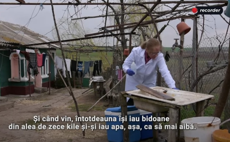 Prelevând probe de apă furnizată prin reţelele clandestine, pentru analiză în laborator