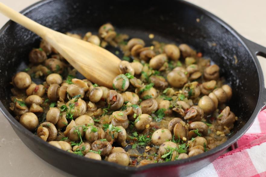 Ciuperci sote cu usturoi şi ceapă
