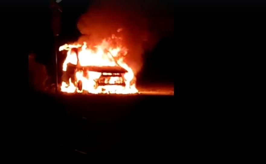 Maşina şefului Sectorului Poliţiei de Frontieră Vişeu de Sus, în flăcări