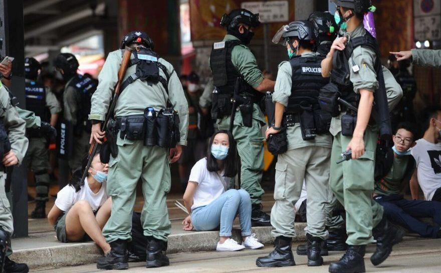 Protestatari arestaţi de poliţie, 1 iulie 2020, Causeway Bay, Hong Kong