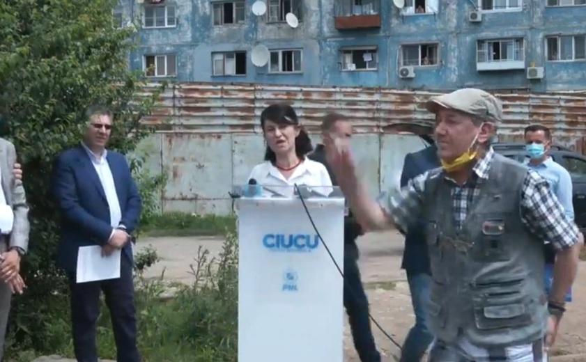 Imagini de la conferinţa de presă. În prim-plan pensionarul agresiv care a boicotat evenimentul.