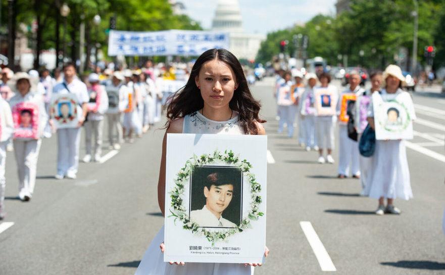 Marş de comemorare a practicanţilor Falun Gong omorâţi de Partidul Comunist Chinez. 17 iulie 2014 în Washington.