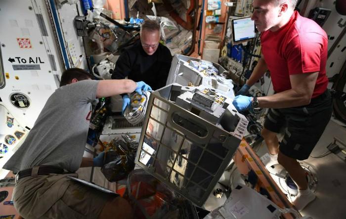 Astronauţii Robert Behnken, Doug Hurley şi Chris Cassidy pregătesc instalarea unităţii RiTS