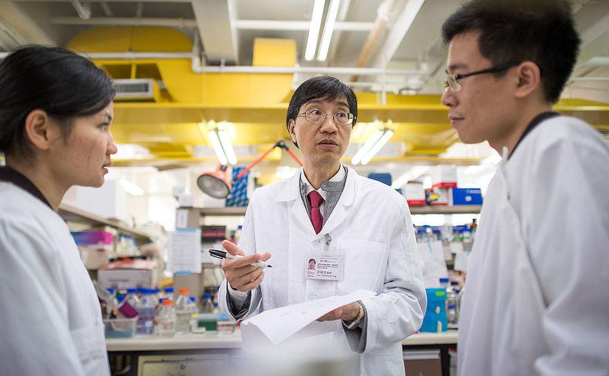 Yuen Kwok-yung (C) la un laborator de la Universitatea Hong Kong , Departamentul de microbiologie, arhivă, 2013.