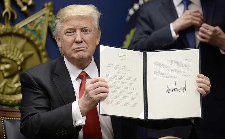Donald Trump semnând ordine executive, arhivă